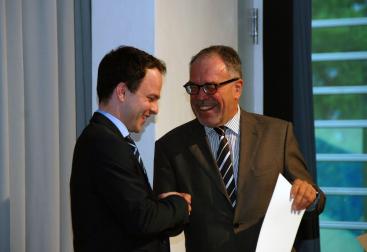 Sascha Rudolph receiving an award at the University of Pforzheim